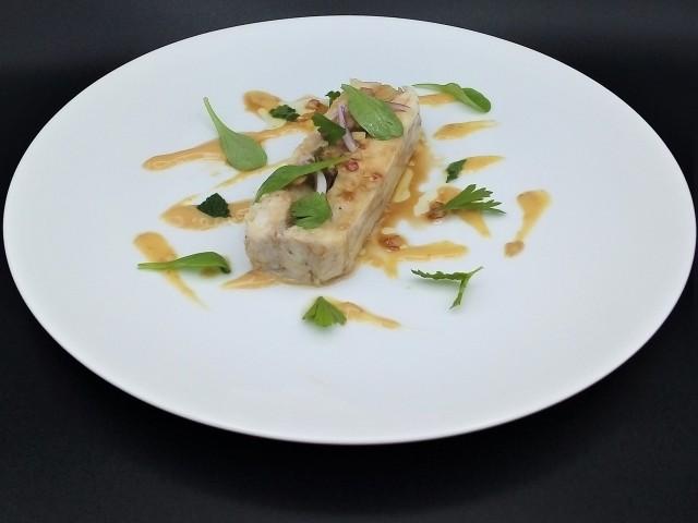La Table du Prieuré Compression de raie et poireau, miso de Veigné et garum de Loire en condiment